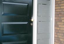 gesneden_raamfolie_ontwerp_naast_deur_op_raam-220x150